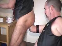Video gay BDSM : fist entre un amateur, un bear poilu & un senior gay 70 ans !