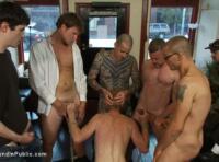 Gay BDSM Tube : Hétéro violé, humilié, par un groupe de domi gay