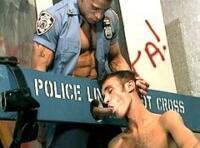 Glory hole : un jeune minet baise un vieux flic gay black musclé au travers du trou !