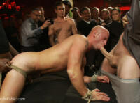 Humiliation gay SM en public