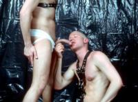 Video gay BDSM : bonne éclate en cockring & harnais en cuir !