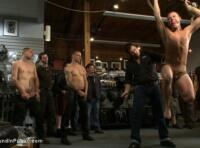 Jeune esclave gay torturé et humilié en public par des maitres dominants !