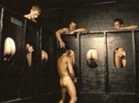 Plan gloryhole gay & partouze dans la backroom !
