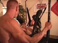 Video gay BDSM bareback : un senior gay avec des bottes & un chaps en cuir se fait fister jusqu'au coude sur un sling par un mec musclé & viril !