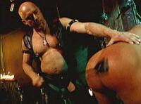 Video gay SM : deux batards soumis se font torturer dans le donjon par un maître TTBM !